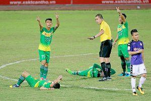 Đội Cần Thơ phản ứng trọng tài sau trận thua đậm trước Hà Nội