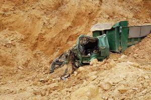 Sập mỏ đất, tài xế xe ben chết thảm trong ca bin