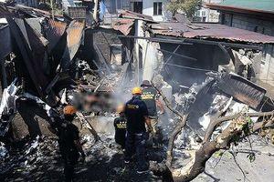 Máy bay lao xuống nhà dân, 10 người thiệt mạng