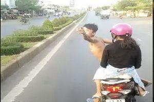 Thanh niên mình trần lạng lách trước đầu xe khách
