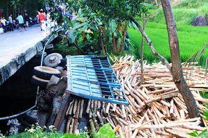 Quảng Nam: Xe tải chở keo bất ngờ lao xuống suối