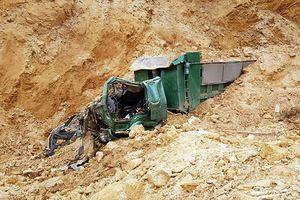 Sập mỏ đất vùi lấp xe ben khiến tài xế tử vong trong ca bin