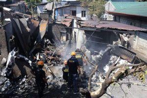Máy bay Philippines lao vào nhà dân, 10 người chết thảm