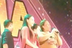 Phi Nhung tặng 10 triệu đồng cho khán giả tố bị mất một cây vàng khi xem ca nhạc
