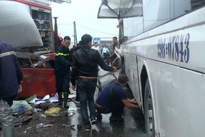 Một chiến sĩ Cảnh sát PCCC tử vong do va chạm giữa xe cứu hỏa và xe khách