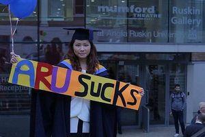 Đa sắc: Trải thảm đỏ hút nhân tài; kiện đòi bạc tỷ vì tốt nghiệp giỏi vẫn… thất nghiệp