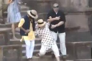 Hoa Kỳ: Cựu Ngoại trưởng Hillary loạng choạng trượt ngã cầu thang liên tiếp