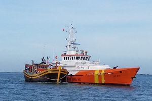 Cứu hộ thành công tàu cá cùng 10 ngư dân bị nạn trên biển