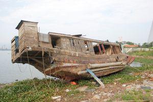 Đà Nẵng khẩn trương xử lý xác tàu nát trên sông Hàn