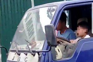 Clip 'sốc' chú dạy bé trai lái xe tải: 'Vì cháu nó đòi'!?