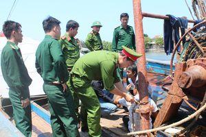 Giải cứu 4 ngư dân bị bắt trên 2 tàu cá