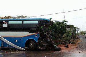 Xe khách biển Lào đâm xe tải, 6 người thương vong