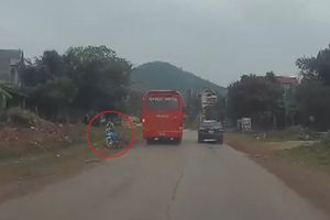 Xe khách vượt ẩu ép xe máy ngã văng vào vệ đường