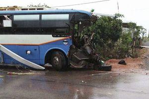 3 người chết thảm sau cú va chạm mạnh giữa xe khách với xe tải