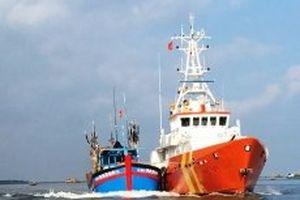 Cứu 10 ngư dân tàu cá bị nạn trên biển