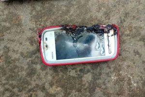 Mất mạng vì vừa sạc pin vừa nghe điện thoại