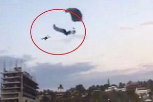 Clip: 2 du khách nhảy dù va chạm kinh hoàng giữa trời, 1 người chết thảm