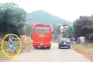 Clip: Xe khách vượt ẩu, ép xe máy văng vào đường ở Bắc Giang