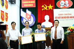 Trao bằng khen đột xuất cho hai phóng viên của Báo Khánh Hòa
