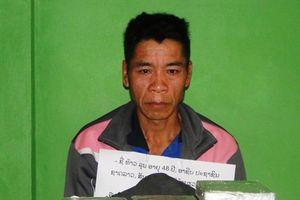 1 người Lào ôm 10 bánh heroin vào Việt Nam bị bắt