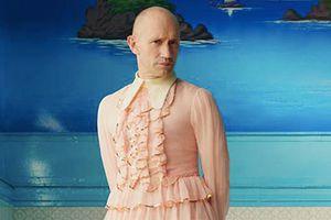 Mẫu nam mặc váy bèo nhún xếp tầng gây tranh cãi