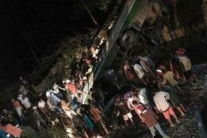 Xe buýt rơi xuống suối ở Philippines, 19 người chết