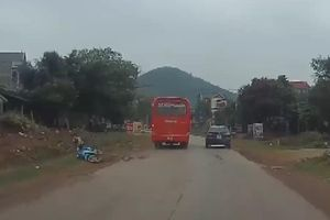 Xe khách vượt ẩu, ép xe máy ngã văng xuống vệ đường