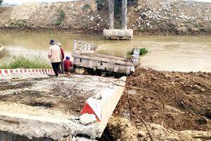Cầu tiền tỷ mới xây xong đã sập: Do nền đất yếu