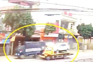 Clip: Xe cứu hộ giao thông 'ủi bay' xe tải, lao vào nhà dân ở Thanh Hóa