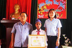 Biểu dương nam học sinh Ja Rai dũng cảm cứu bạn