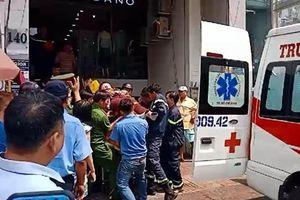 Giải cứu nam thanh niên bị thang máy kẹp cổ