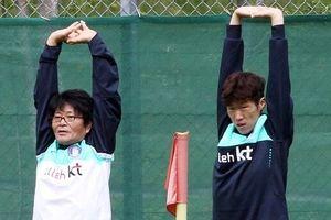 Tiền vệ Tuấn Anh được chữa trị bởi bác sĩ từng 'cứu' Park Ji Sung