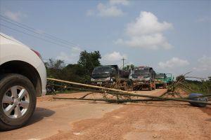 Dân chặn xe chở đất gây bụi