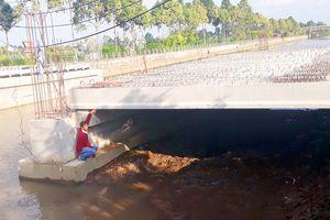 Đề xuất chi 8,3 tỉ đồng 'sửa sai' cho cây cầu 28 tỉ nhưng đi sông thì đụng đầu