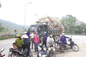 Sau 'mắc màn ăn cơm', dân tập trung ngăn xe chở rác