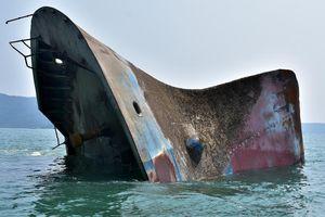 'Xẻ thịt' tàu hàng triệu đô chìm ở biển Quy Nhơn bán phế liệu