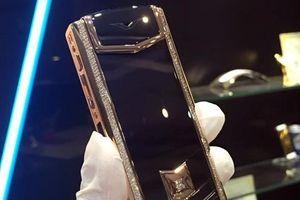 Người đàn ông Trung Quốc nghi trộm 500 triệu và chiếc điện thoại Vertu của bạn