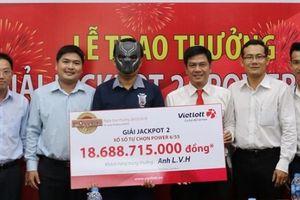 Xổ số Vietlott: Doanh nhân Kiên Giang đeo mặt nạ nhận giải thưởng gần 20 tỷ đồng