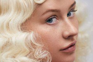 Christina Aguilera tự tin với mặt tàn nhang trên tạp chí