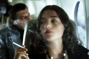Nữ sinh bị phạt tiền vì lén hút thuốc trên tàu bay