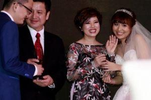 Vợ chồng 'Táo Giao Thông' hạnh phúc trong đám cưới giản dị của con trai