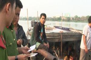Bắt 5 thuyền máy hút cát trái phép trên sông Hương