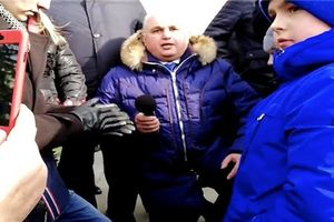 Vụ cháy ở Nga: Phó thống đốc Kemerovo quỳ gối trước người nhà nạn nhân