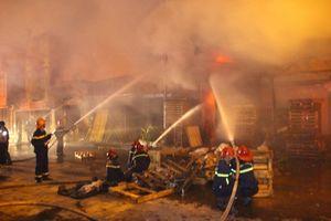 Cả trăm cảnh sát khống chế được ngọn lửa cách cây xăng 10 m