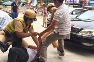 Đại úy cảnh sát giao thông đạp người vi phạm do 'mất bình tĩnh'?