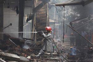 Cháy chợ Quang: Lực lượng cứu hỏa dập lửa, tiểu thương đập tường 'cứu' đồ