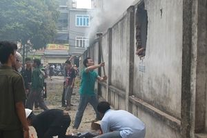 Tiểu thương chợ Quang đục tường cứu đồ trong đám cháy