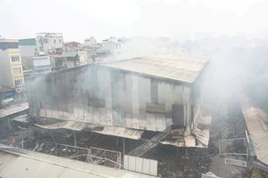 Chợ cháy tan hoang, tiểu thương phá tường 'giải cứu' hàng hóa