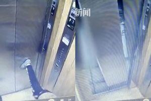 Cậu bé duỗi chân làm sập cửa thang máy