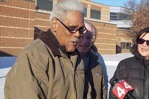 Người đàn ông Mỹ bị buộc tội Giết người, được giải oan sau 45 năm ngồi tù